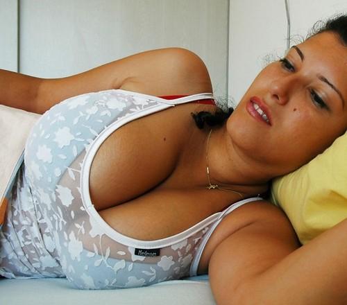 Mujer acostada con gran escote